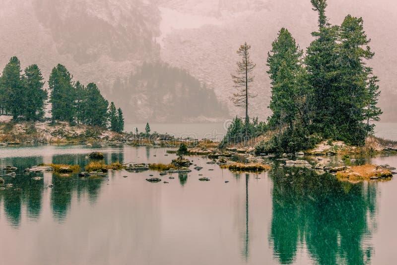 Nevadas en el lago de la montaña fotos de archivo