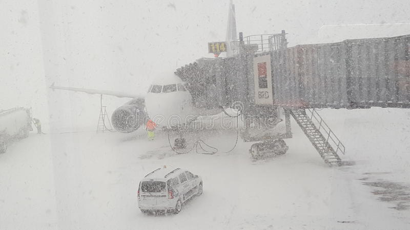 Nevadas fuertes en el aeropuerto Bucarest de Otp imagenes de archivo