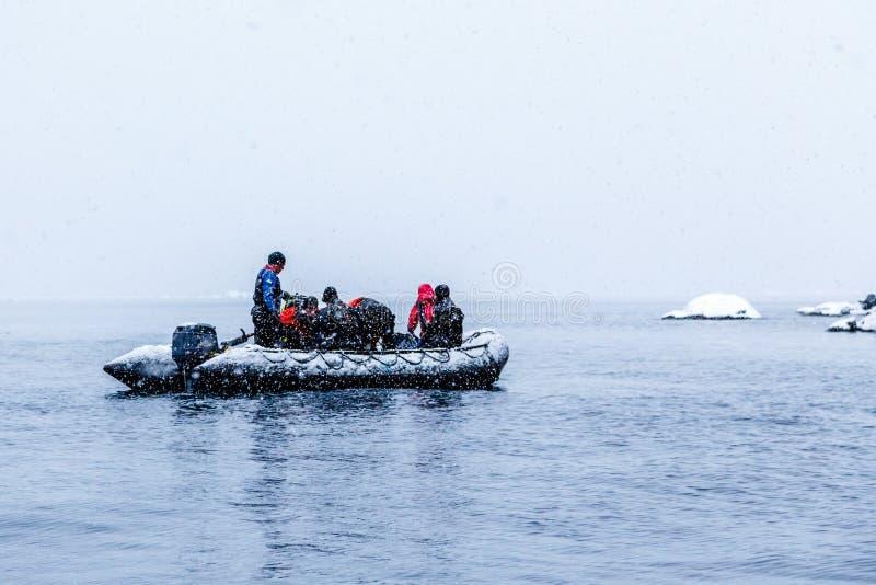 Nevadas sobre el barco del zodiaco con los buceadores polares congelados cerca de Almirante Brown, península antártica fotos de archivo libres de regalías