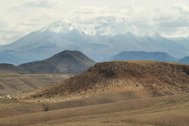 Nevado de Putre αιχμή από την κοιλάδα Socoroma στοκ εικόνες με δικαίωμα ελεύθερης χρήσης