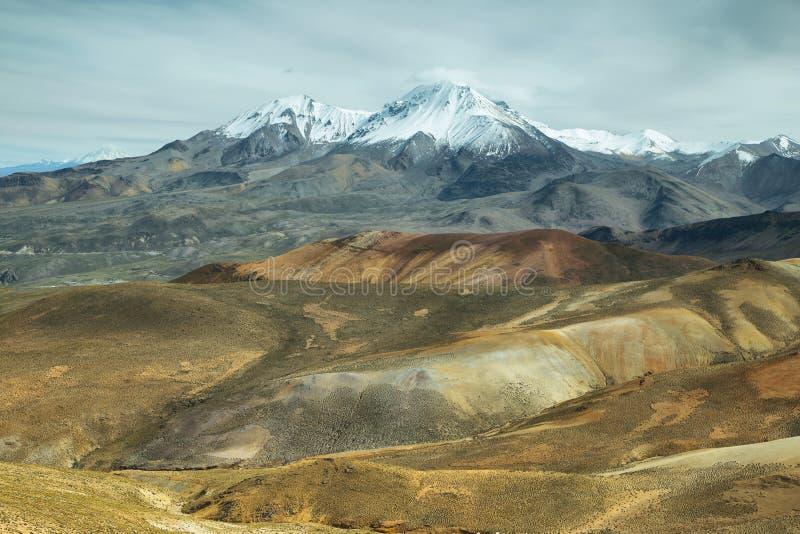 Nevado DE Putre en kleurrijke bergmeningen van Cerro Milagro stock afbeelding