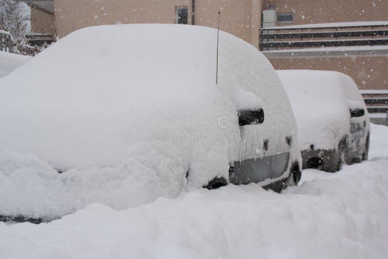 Nevado en coches fotos de archivo
