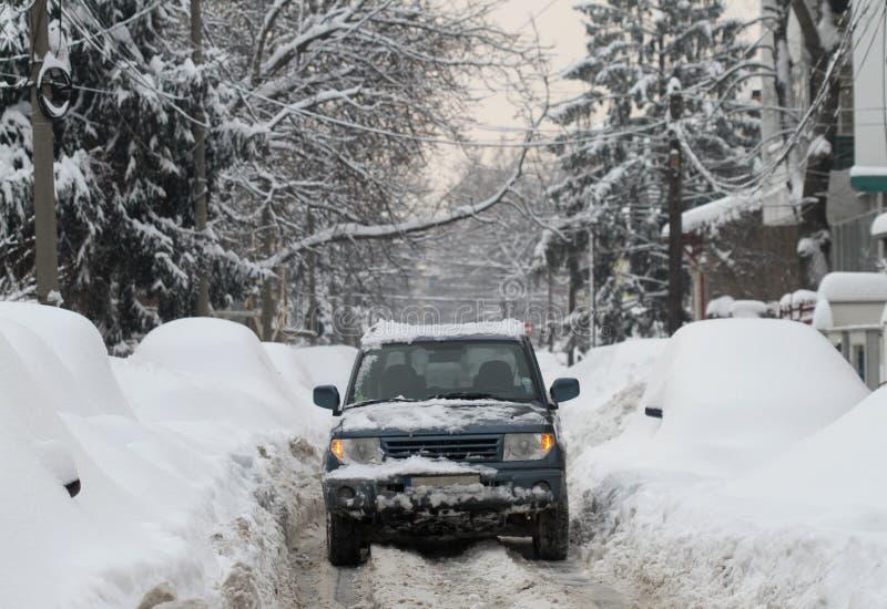 Nevado fora do veículo de estrada imagem de stock royalty free