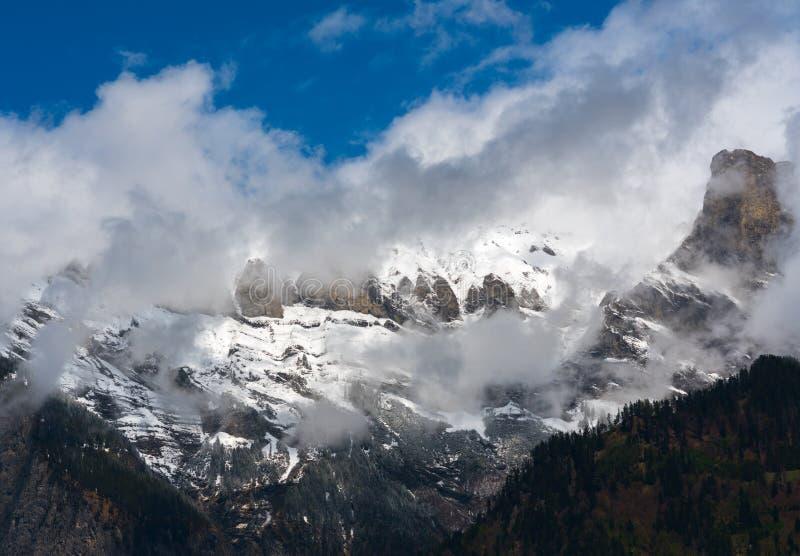 Nevado y desierto de montaña de niebla debajo de un cielo azul de vaciamiento fotos de archivo