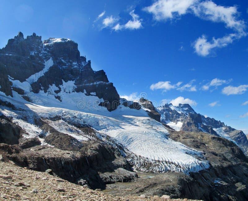 Neve alta e montanha rochosa Cerro Castillo no Patagonia do Chile fotos de stock