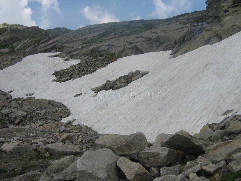 Neve alta su nelle montagne immagine stock