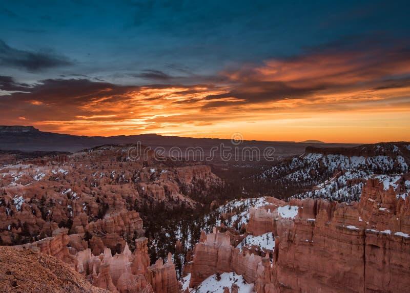 A neve atrasa-se em Bryce Canyon com nascer do sol alaranjado foto de stock royalty free