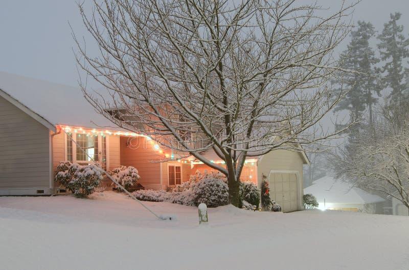 A neve branca cobriu a casa imagem de stock