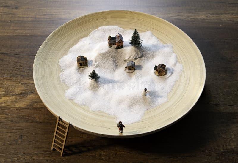 Neve branca na bacia de madeira com casa, homem do pinheiro, da Santa e da neve imagem de stock