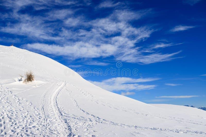 Neve, céu e nuvens nas montanhas imagem de stock
