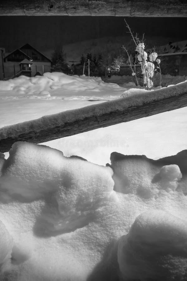 Neve caduta orario invernale sul motivo di legno del recinto alla notte immagini stock libere da diritti