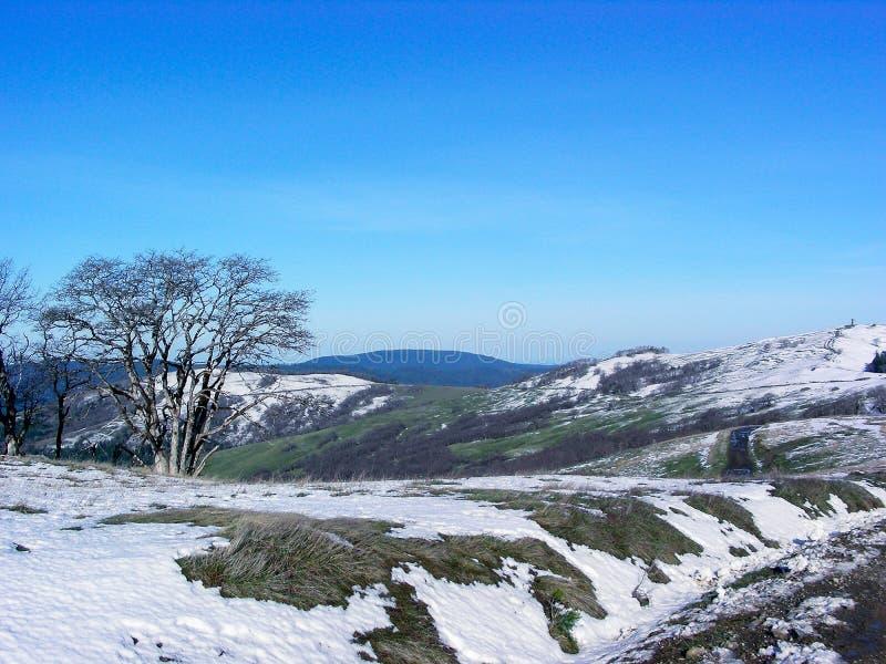 Neve calva da estrada dos montes fotos de stock royalty free