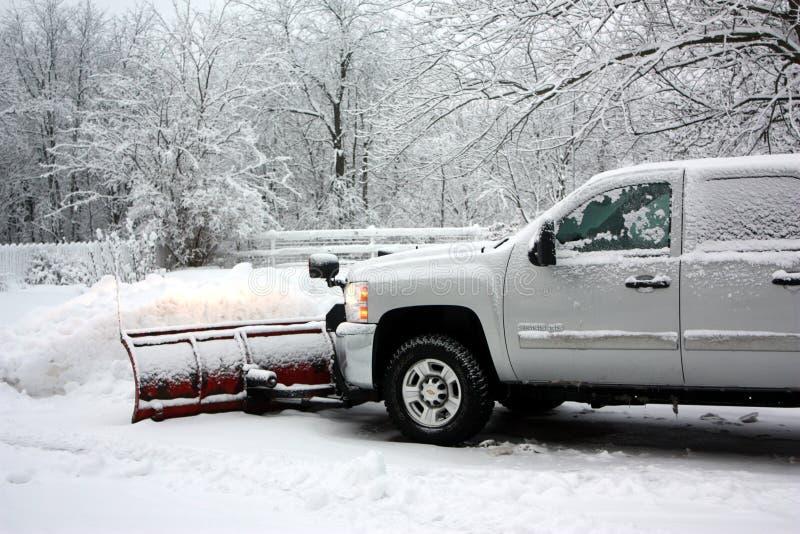 Neve che ara dopo una bufera di neve immagine stock