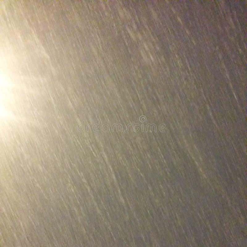A neve cinzenta molhada ou a textura da chuva no céu noturno com uma lanterna fotos de stock