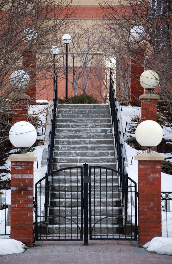 Neve clássica colunas cobertas do Stairway e da lâmpada imagem de stock royalty free
