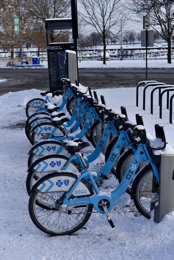 A neve cobriu bicicletas foto de stock