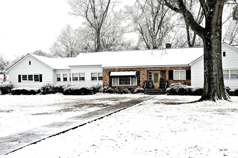 A neve cobriu a casa da exploração agrícola imagens de stock royalty free