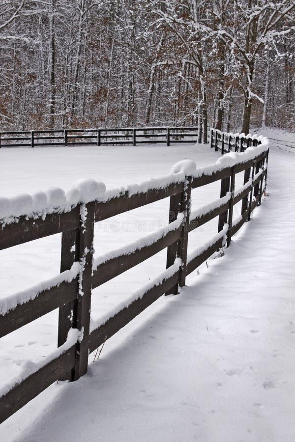 A neve cobriu a cerca imagens de stock