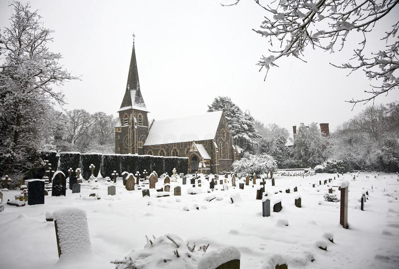 A neve cobriu a igreja e a jarda da sepultura fotografia de stock royalty free