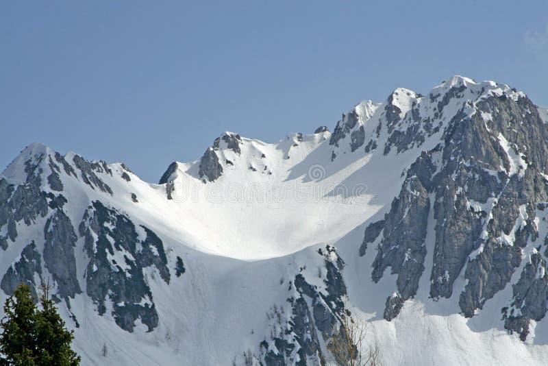 A neve cobriu a montanha nos alpes italianos fotografia de stock