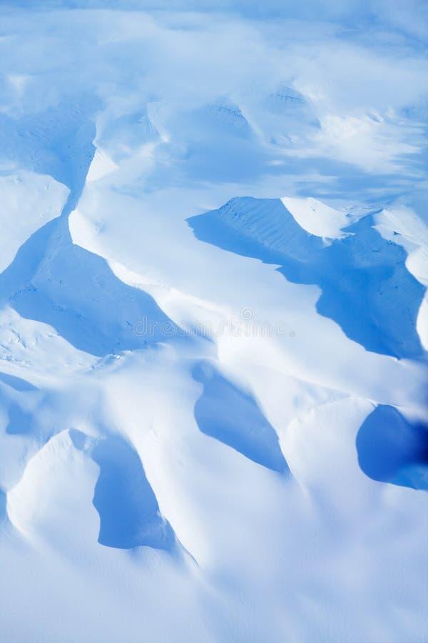 A neve cobriu montanhas imagens de stock royalty free