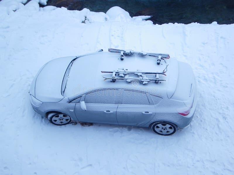 A neve cobriu o carro no inverno fotografia de stock
