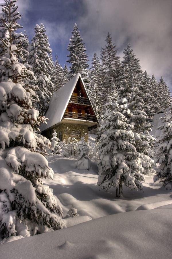 A neve cobriu o centro do esqui do inverno foto de stock