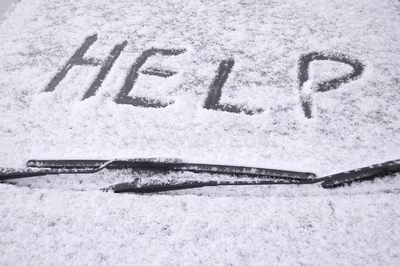 A neve cobriu o pára-brisas do carro imagens de stock