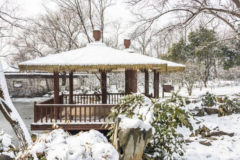 A neve cobriu o pavilhão fotografia de stock royalty free