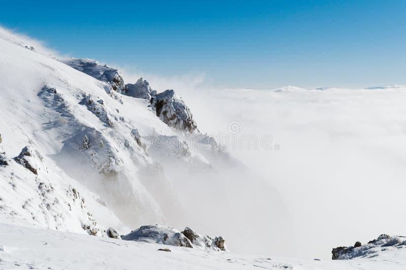 A neve cobriu picos de montanha fotografia de stock