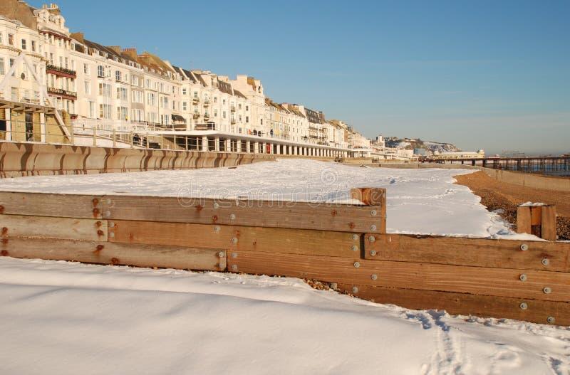 A neve cobriu a praia, St.Leonards-on-Sea imagens de stock royalty free