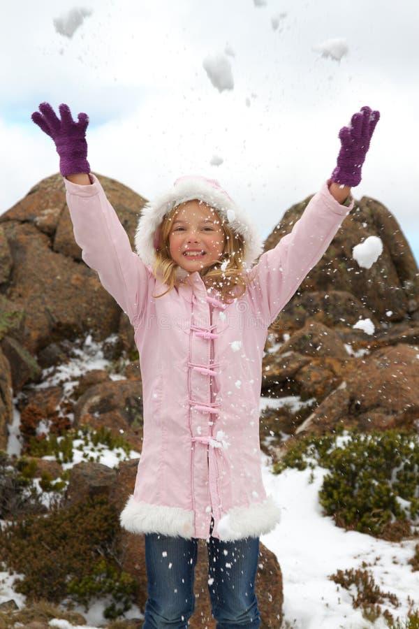 Neve de jogo da menina fotografia de stock