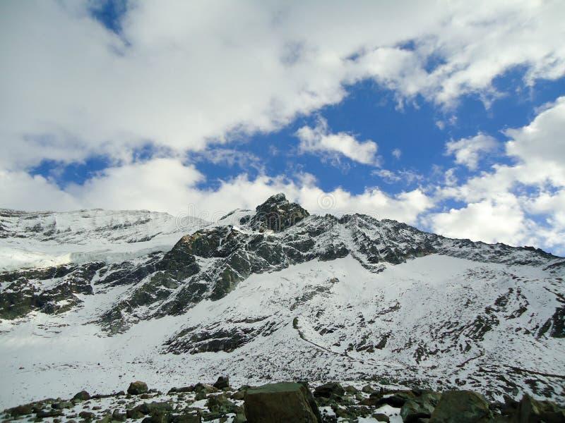 A neve de observação da mulher cobriu montanhas fotos de stock
