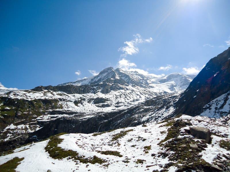 A neve de observação da mulher cobriu montanhas fotos de stock royalty free