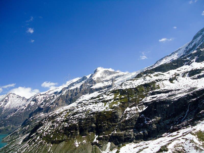 A neve de observação da mulher cobriu montanhas imagens de stock