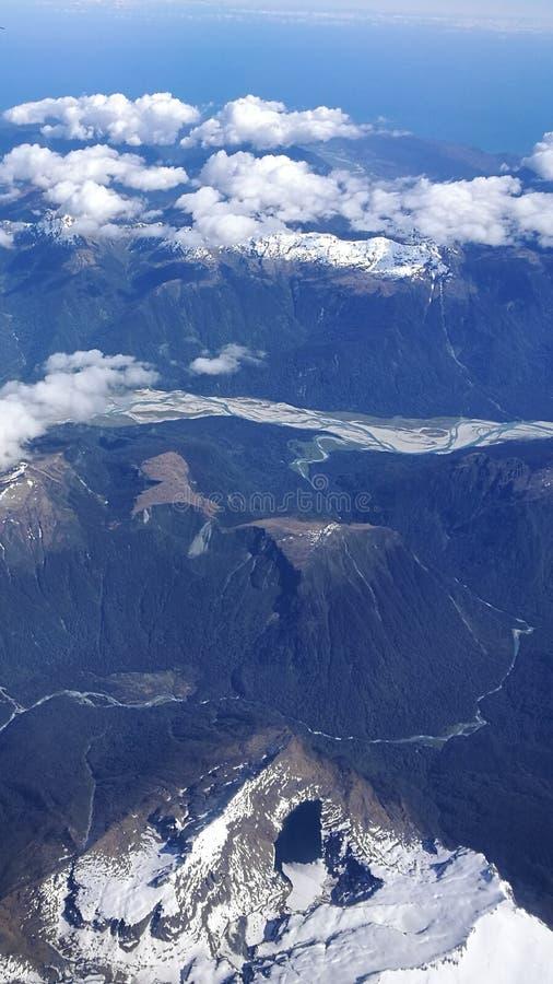 A neve de observação da mulher cobriu montanhas foto de stock royalty free