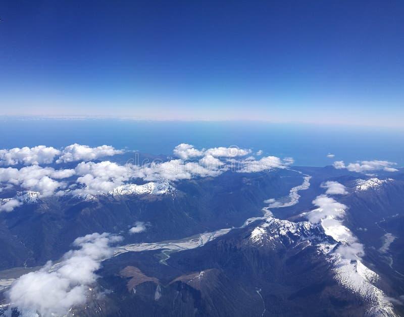 A neve de observação da mulher cobriu montanhas imagem de stock royalty free