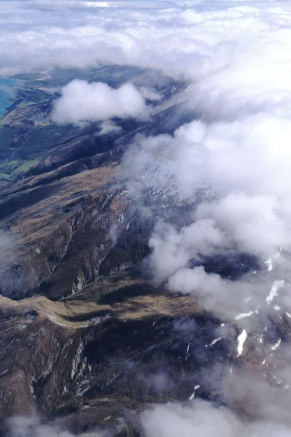 A neve de observação da mulher cobriu montanhas imagem de stock