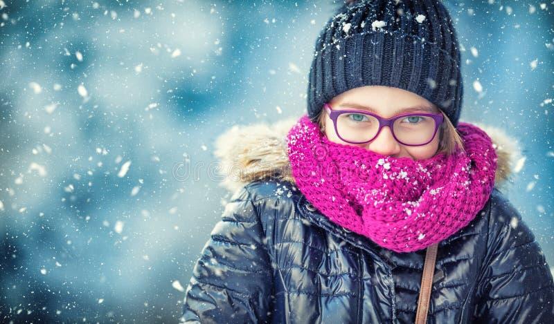 Neve de sopro da menina do inverno da beleza no parque gelado do inverno ou fora Menina e tempo frio do inverno foto de stock