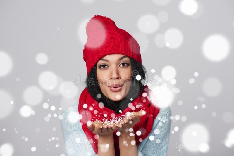 Neve de sopro da menina do inverno em você fotos de stock royalty free