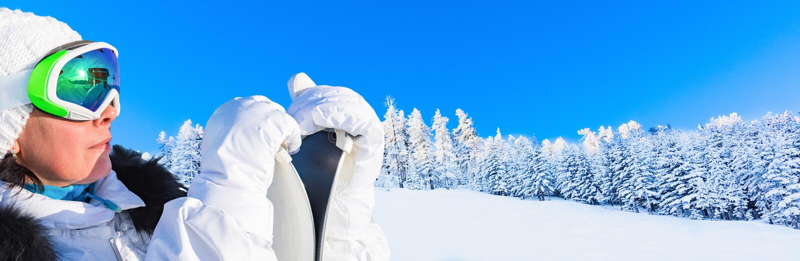 Neve della foresta della montagna del paesaggio di inverno fotografie stock libere da diritti