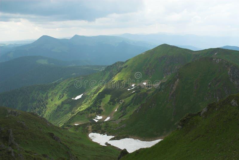 Neve di estate in montagne fotografia stock
