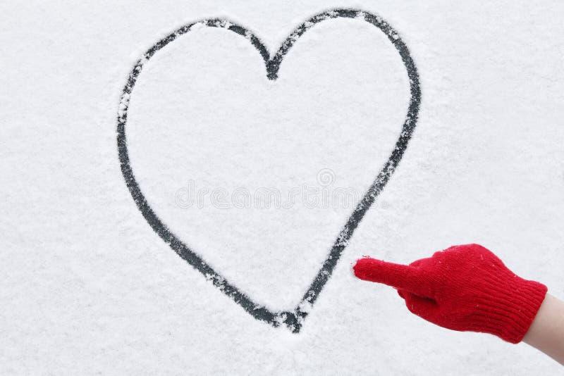 Neve di inverno del cuore di amore immagini stock