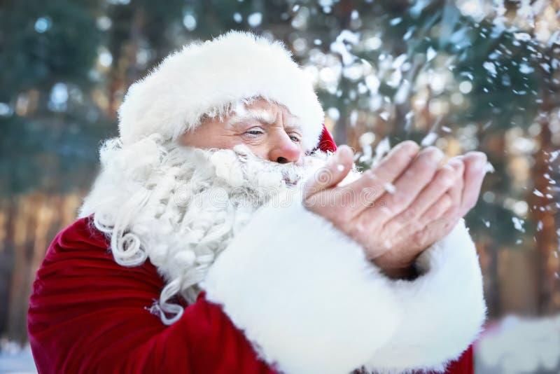 Neve di salto autentica felice di Santa Claus dalle sue mani immagine stock