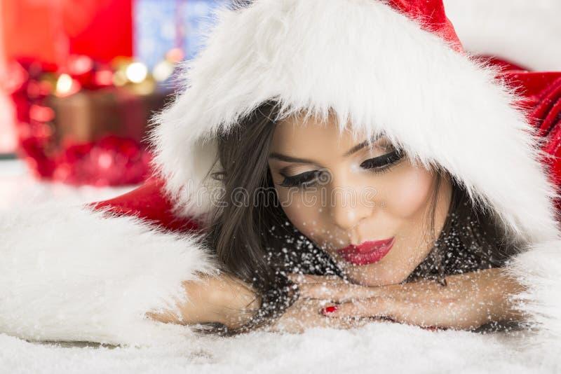 Neve di salto della ragazza di Santa Claus fotografia stock libera da diritti