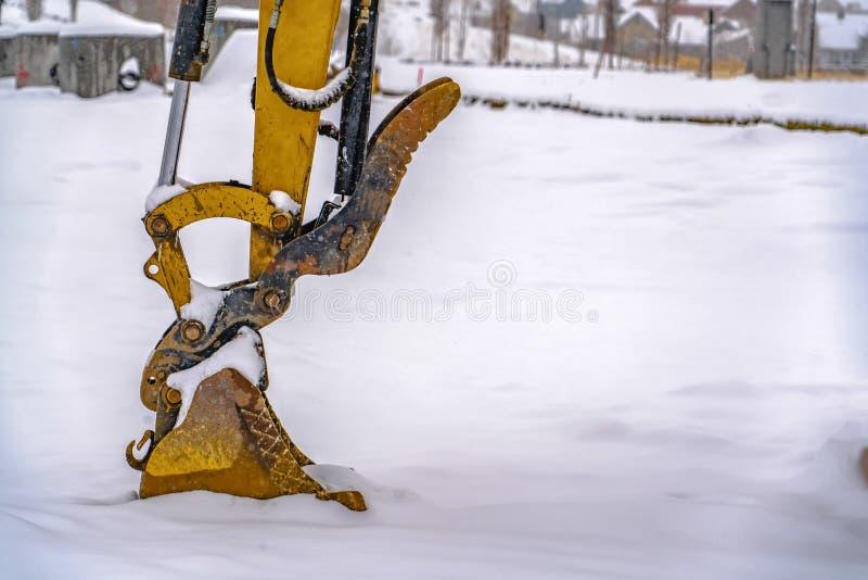 Neve di scavatura dell'escavatore un giorno di inverno nell'Utah immagini stock