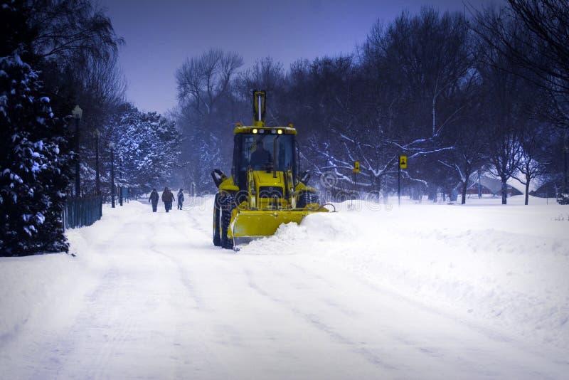 Neve di schiarimento del camion dell'aratro. fotografia stock