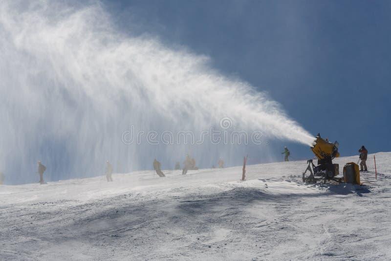 Neve di spruzzatura di Snowmaking fotografia stock