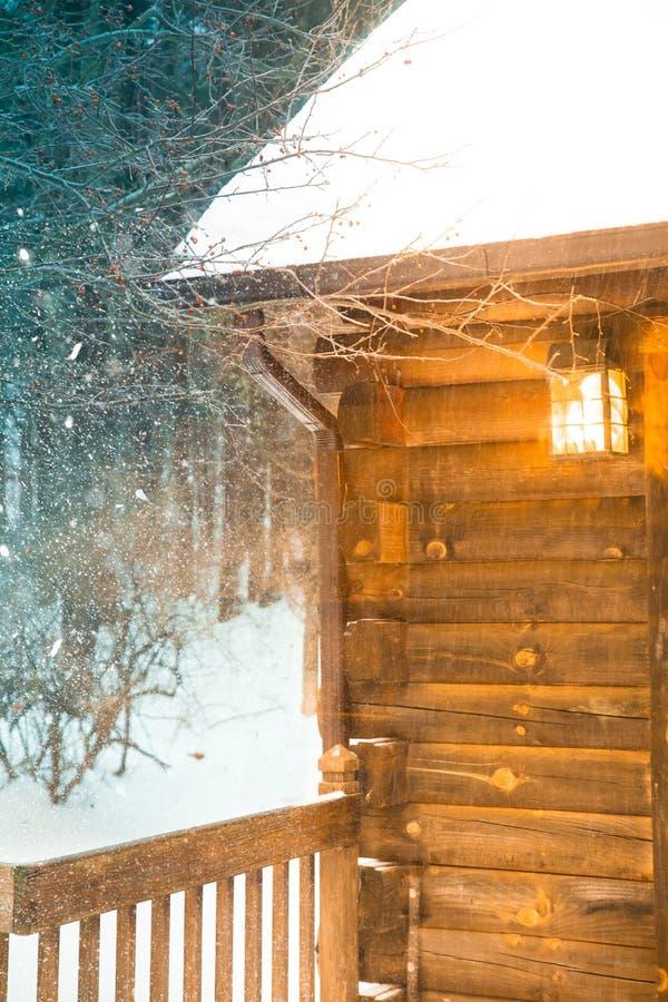Neve do inverno da cabana rústica de madeira foto de stock