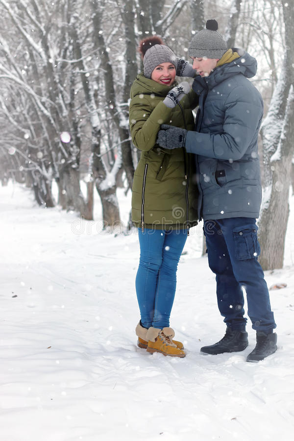 Neve do inverno da caminhada dos pares da família foto de stock royalty free